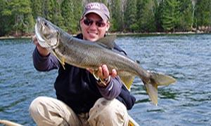 kanootista kalastaen